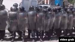В течение дня силовики не вступали в конфронтацию с участниками акции, несмотря на то, что те вооружились самодельными дубинками и даже кидали камни в правоохранителей