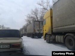 Колона з 23 фур організації Ахметова «Поможем» на в'їзді до «нульового блокпосту» «Новотроїцьке»