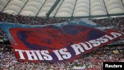 Российские фанаты на матче между Россией и Польшей