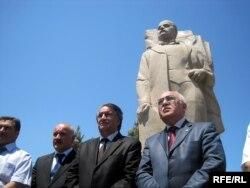 Arif Hacılı Rəsulzadənin heykəli önündə, soldan ikinci