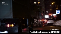Військові вантажівки проїжджають біля Адміністрації президента