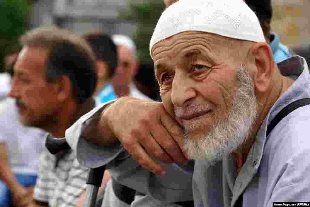 Мусульмани проводять їх біля будинків кожного із затриманих
