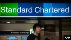 Вывеска отделения Standard Bank Chartered в Гонконге.