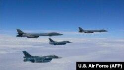 Американские бомбардировщики В-1b над морем близ Корейского полуострова. 7 августа 2017 года.