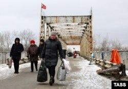 Местные жители на пропускном пункте «Станица Луганская». 25 января 2017 года