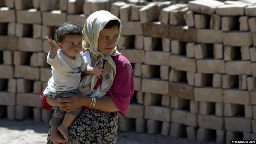 عکسی از یک زن کارگر در کارخانه آجرسازی در پاکدشت