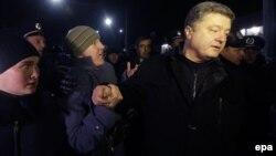 Проросійські активісти блокують Порошенка в Сімферополі, 28 лютого 2014 року