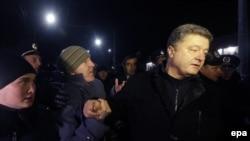 Rusiyeniñ tarafını tutqan faaliyetçiler Aqmescitte Poroşenkonıñ yolunı qapatalar, 2017 senesi fevral 28 künü