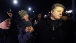 Петр Порошенконың (оң жақта) ресейшіл шерушілер арасына түсіп қалған кезі. Симферополь, 28 ақпан 2014 жыл.