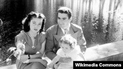 محمدرضا شاه به همراه همسرش فوزیه و فرزندشان شهناز - در فاصله کوتاهی بعد از شهریور ۲۰