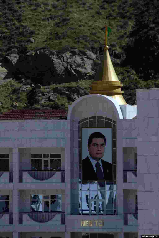 Центральное место на фасаде зданий занимают портреты президента Г.Бердымухамедова