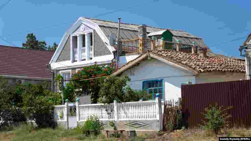 На улице Калинина встречаются старые домики из самана