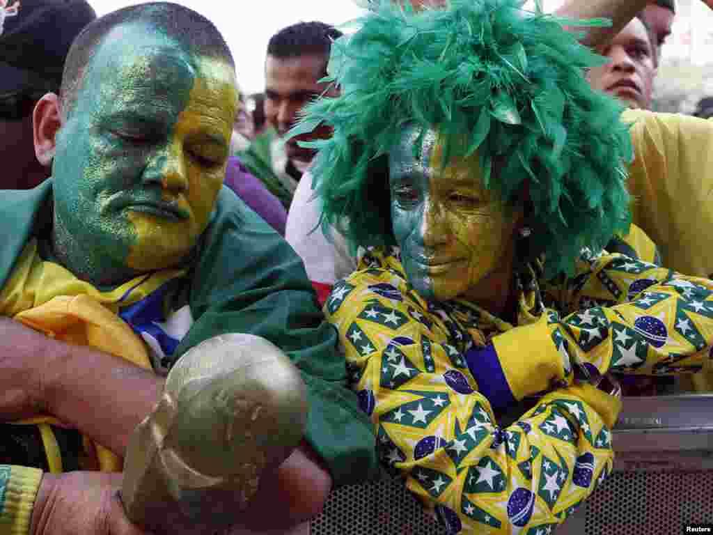تماشاگران برزیلی در انتظار آغاز بازی برزیل و هلند در رقابت های جام جهانی ۲۰۱۰ آفریقای جنوبی
