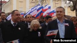 Главарь «ЛНР» Игорь Плотницкий (слева) и подконтрольный России глава Крыма Сергей Аксенов (справа)
