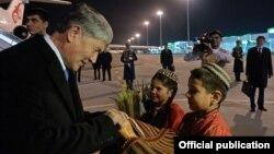 Кыргызстандын президенти Алмазбек Атамбаев Түркмөнстандын борбору Ашхабаддагы аба майданында.