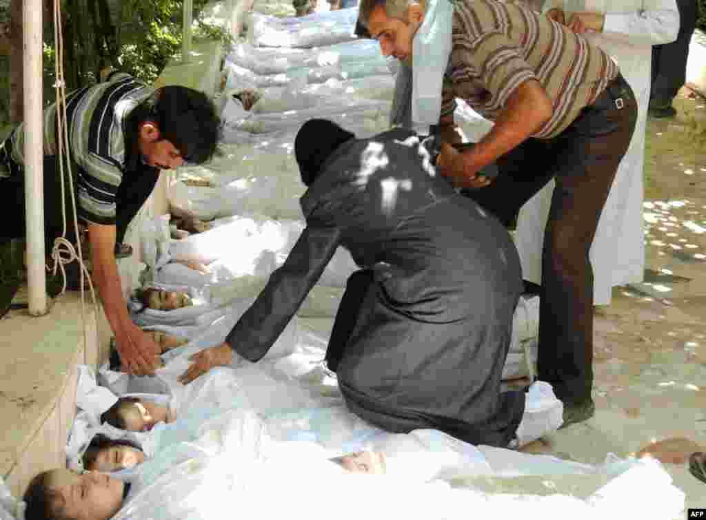 """21 тамызда Сириядағы үкімет әскерінің шабуылынан жүздеген адам қаза тапты. Оппозиция Сирия үкіметін """"химиялық қару қолданды"""" деп айыптады. Билік бұл мәлімдемені жоққа шығарды. Бұдан соң бірнеше елде химиялық қаруға қарсы акциялар өтті. БҰҰ Сирия үкіметін бұл оқиғаны арнайы тексеруге шақырды. Ал БҰҰ-ның босқындар ісі жөніндегі комитеті """"Сирияда қақтығыс басталған екі жыл ішінде елден екі миллион адамның босып кеткенін, оның бір миллионы балалар екенін"""" хабарлады. Одан бөлек, Сириядағы екі миллион бала үйінен айырылған."""
