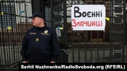 Плакат на вході на територію посольства Росії в Україні під час акції активістів «Ніякої амністії кремлівським злочинцям». Київ, 11 травня 2019 року