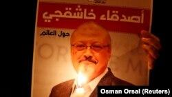Poster sa fotografijom ubijenog novinara Jamala Khashoggija