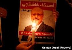 Плакат із зображенням саудівського журналіста Джамала Хашокджі біля консульства Саудівської Аравії в Стамбулі, 25 жовтня 2018 року