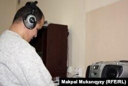 1-топтағы мүгедек, зағип Алмас Мырзабеков аудиосабақ тыңдап отыр. Алматы, 9 қаңтар 2013 жыл.