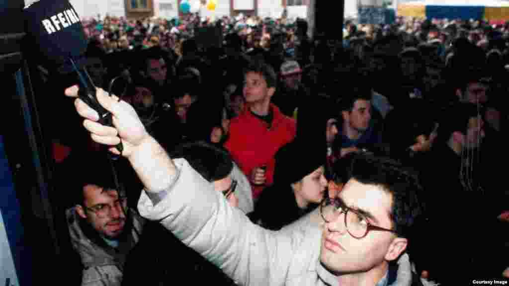 Dragan Štavljanin, novinar RSE na demonstracijama u Beogradu, decembar 1996.