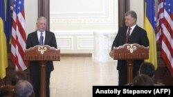 აშშ-ის თავდაცვის მინისტრი ჯეიმს მატისი და უკრაინის პრეზიდენტი პეტრო პოროშენკო პრესკონფერენციაზე
