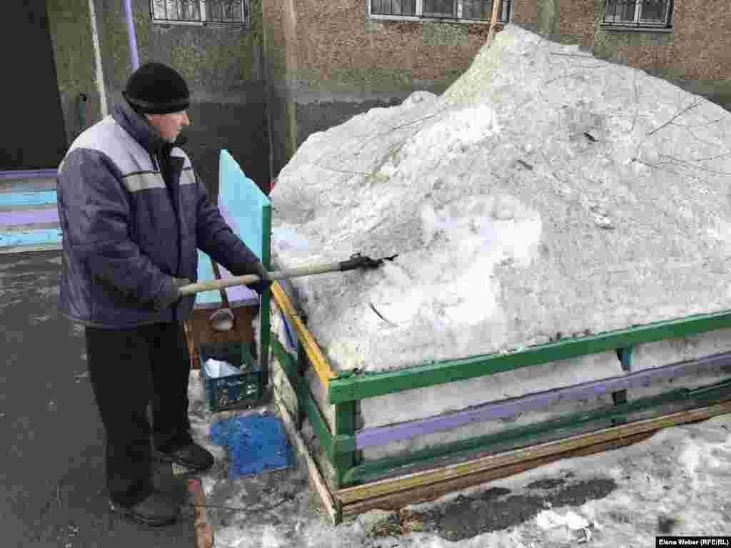 Житель Темиртау, каждое утро убирающий снег во дворе своего дома, который расположен недалеко от металлургического комбината, говорит репортеру Азаттыка, что еще несколько лет назад снег был относительно чистым. Теперь же, по его словам, снег ежедневно покрывается слоем грязи.