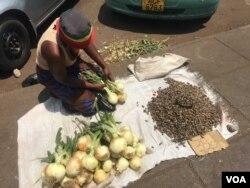 Хараре көшесіндегі саудагер. Зимбабве, қазан, 2017 жыл.