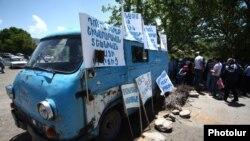 Жители села Гарни перекрыли дорогу, ведущую в село (архив)