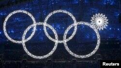 Олимпийские кольца во время открытия Игр в Сочи