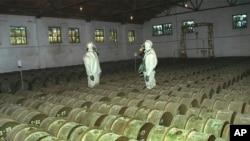Перевірка контейнерів із токсичними речовинами на складі зберігання хімічної зброї у російському місті Саратов, на Волзі. Архівне фото, 2000 рік.