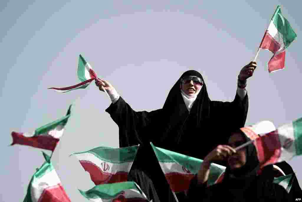 İranda nüvə rəsmisi və prezidentliyə namizəd Saeed Jalili-nin tərəfdarı Tehranda seçki kampaniyası vaxtı ölkə bayrağını yelləyir
