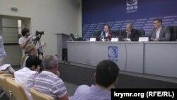 Владелец медиахолдинга «ATR Groop» Ленур Ислямов и глава Меджлиса крымскотатарского народа Рефат Чубаров на пресс-конференции, посвященного переезду крымскотатарского телевидения из Симферополя в Киев. Июнь 2015 года.