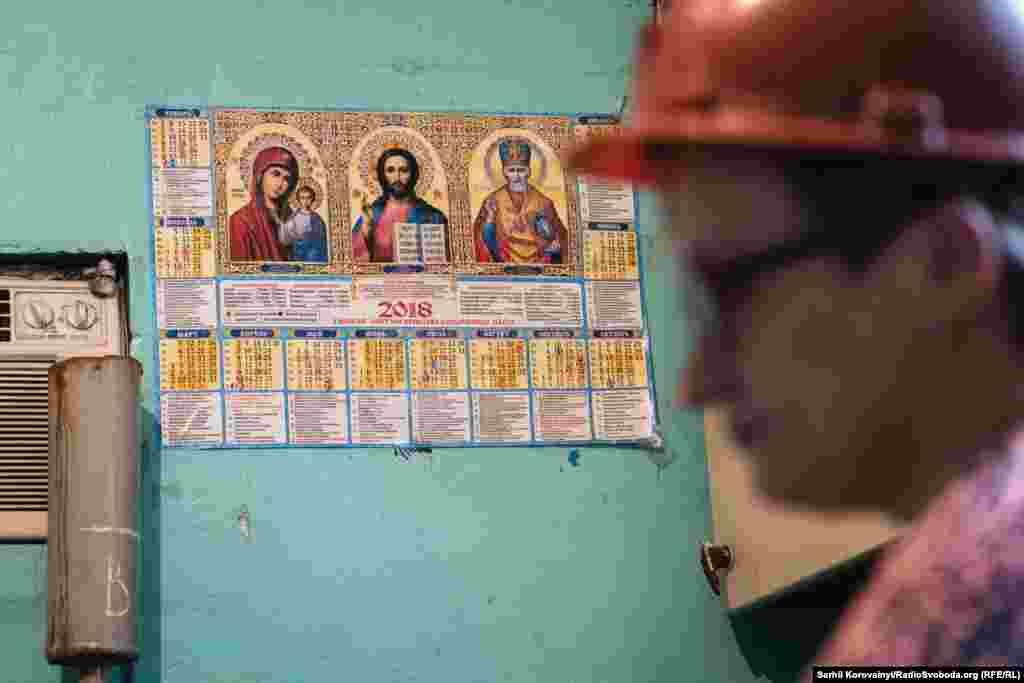 Много где, от кабинетов начальства к цеховым помещениям, можно увидеть православные иконы и тематические календари