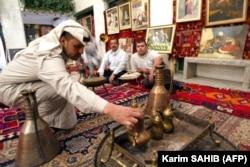یکی از قهوهخانههای بغداد؛ تا پیش از قدرت گرفتن نظامیان در عراق، کافههای بغداد، کانونی برای گفتوگوی نویسندگان، شاعران و هنرمندان بود