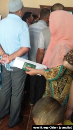 Наманган шаҳридаги паспорт бўлимидаги навбат. Сурат 23 июнь куни олинган.