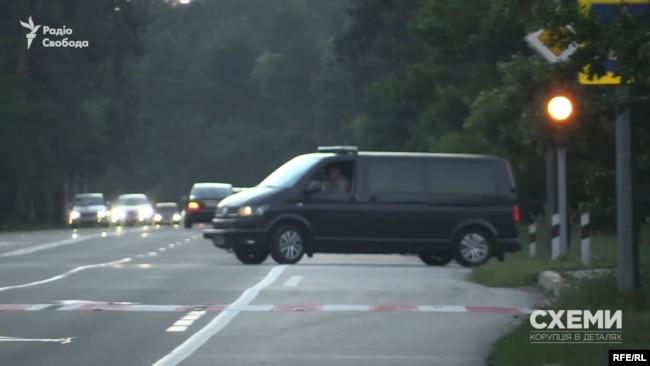 За пів години знімальна група помітила, що авто з кортежу глави держави залишають територію державних дач