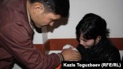 Молодая пара Ержан и Айгерим с ребенком. Алматы, 17 апреля 2013 года.