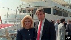 Івана Трамп та Дональд Трамп біля своєї яхти, Нью-Йорк, 4 липня 1988 року