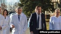 Глава Северной Осетии Вячеслав Битаров и министр здравоохранения Михаил Ратманов (в центре слева направо)