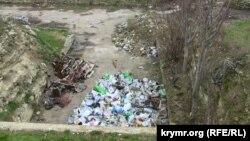 Груды мусора у входа в потерны 13-й батареи