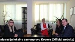 Prvi dan na poslu: Mirjana Jevtić (u sredini) sa članovima Ministarstva i predstavnikom Vlade Kosova