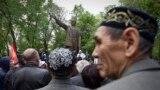 Совет одағының негізін қалаушы Владимир Лениннің ескерткіші жанында өткен жиынға қатысушылар. 13 сәуір, 2013 жыл
