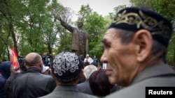 Участники митинга в Алматы рядом с памятником советскому вождю Владимиру Ленину.