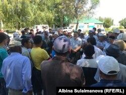 Жители Аканазаровского айыл окмоту на пикете, 27 июня 2018 г.