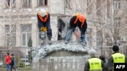 Робітники демонтують флагшток після його пошкодження вибухом, Харків, 7 квітня 2015 року
