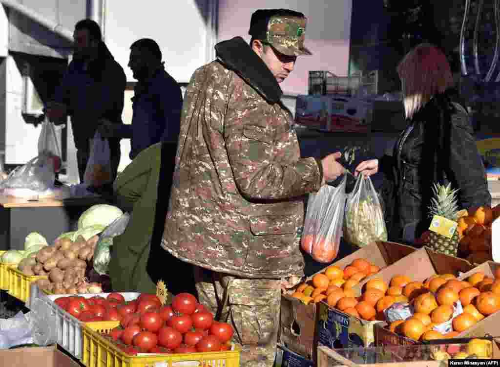 Армянский военный на овощном рынке в центре Степанакерта. 24 ноября 2020 года.