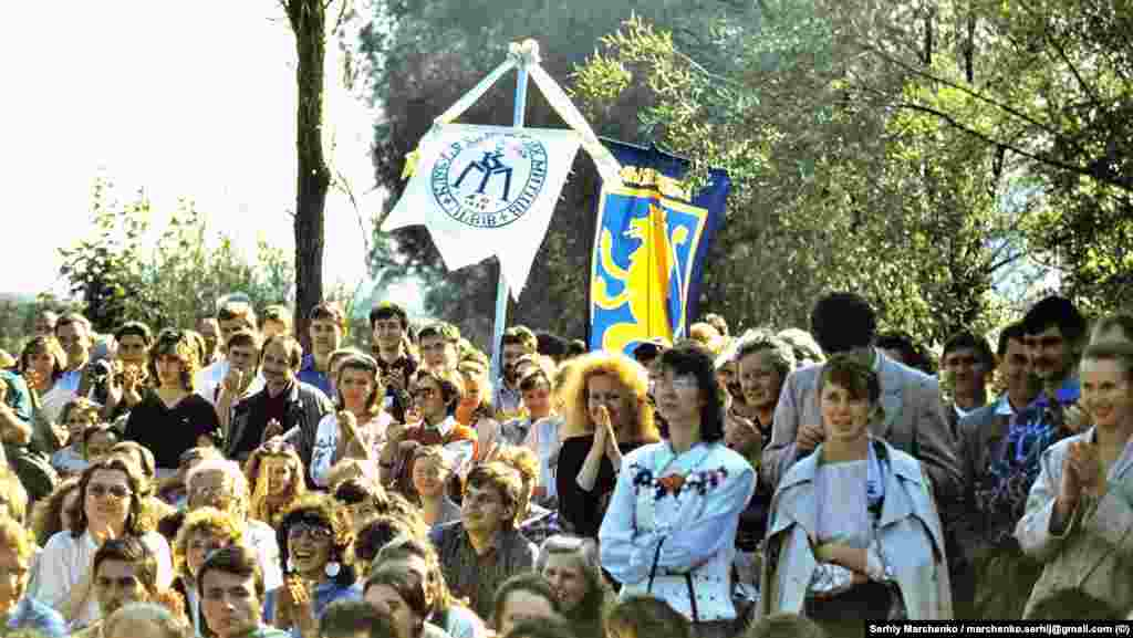На одному із пісенних майданчиків неподалік від стадіону в Чернівцях, де проходив фестиваль.«Червона рута» була потужною культурною революцією, яка в очах і вухах тих, хто там був, знищила комплекс національної неповноцінності» – так оцінює цей фестиваль Кирило Стеценко, скрипаль і співорганізатор першого фестивалю «Червона рута»