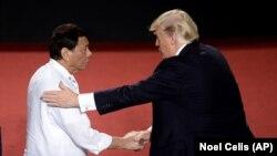 Президенттер Дутерте менен Трамп Маниладагы саммитте, 13.11.2017.