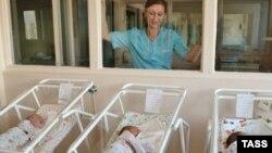 Новорожденные в родильном доме в Москве.